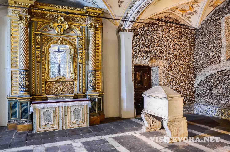 altar capilla huesos evora
